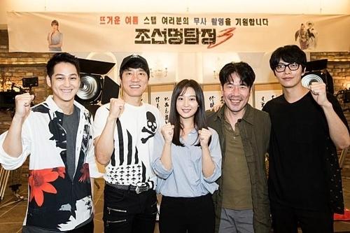 電影《朝鮮名偵探3》主演陣容開拍前合影。(秀博思提供)