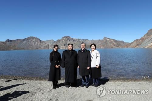 朝媒報道韓朝首腦同登白頭共賞天池