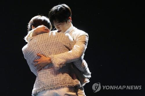 1月16日下午,在COEX,車銀優在演唱新歌時有一段擁抱隊友的伴舞。(韓聯社)
