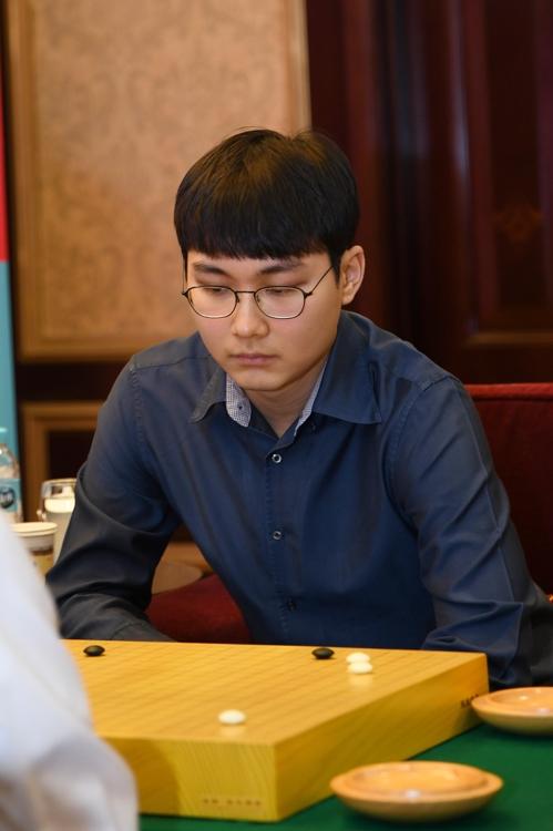 2月18日,南韓棋手樸廷桓參加在上海舉行的第20屆農心杯世界圍棋團體錦標賽決賽階段第10局比賽。(韓聯社/南韓棋院)
