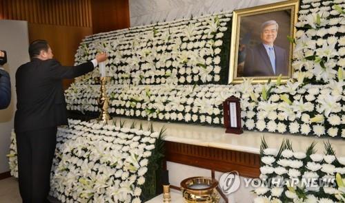 資料圖片:4月12日,韓進集團會長趙亮鎬靈堂設在首爾延世大學醫療院殯儀館。出殯儀式將於16日舉行。(韓聯社/韓進集團供圖)