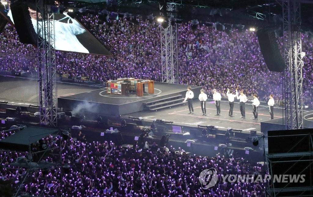 6月16日,防彈少年團在釜山舉行粉絲見面會暨公演。 韓聯社
