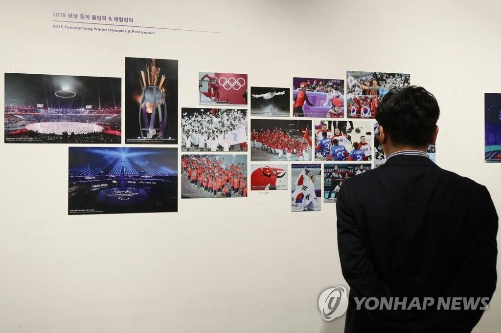 6月21日,紀念韓中日三國合作20週年的照片展在首爾市鐘路區的地鐵美術館舉行。 韓聯社