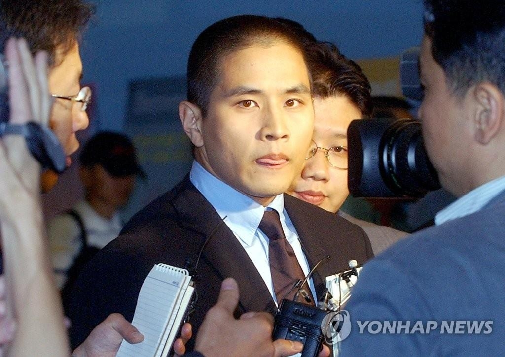 資料圖片:2003年6月26日,在仁川機場,劉承俊為參加未婚妻父親葬禮而入境。當時南韓政府臨時解除對他的入境禁令。 韓聯社