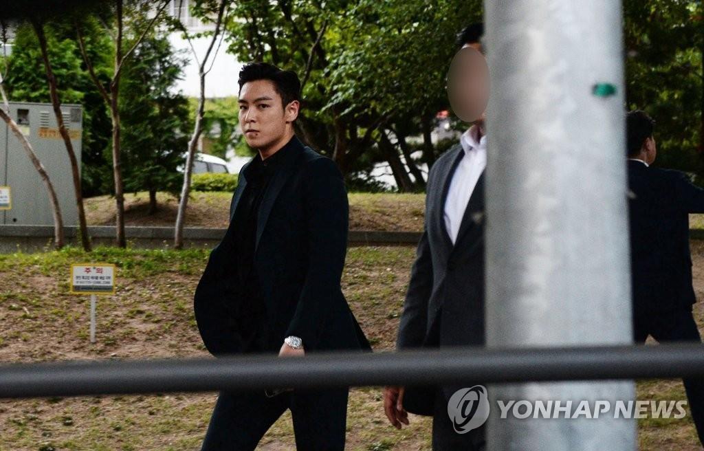 T.O.P結束服役後隨即前往粉絲會現場。 韓聯社