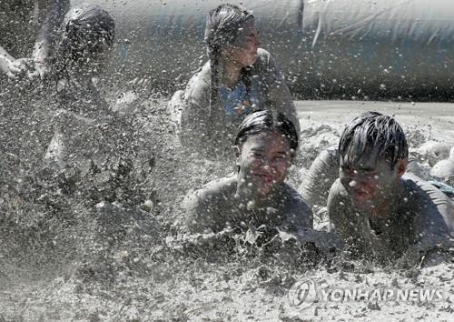 資料圖片:圖為2018年舉行的保寧泥漿節現場照。 韓聯社