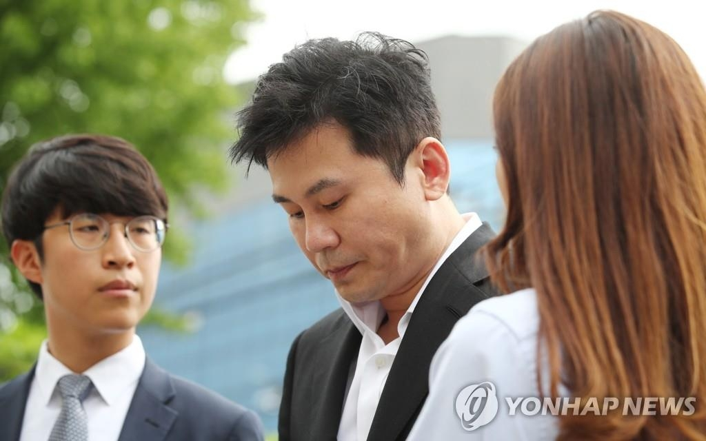 8月29日上午,在首爾地方警察廳,YG娛樂前代表梁鉉錫(中)以嫌疑人身份到案。 韓聯社