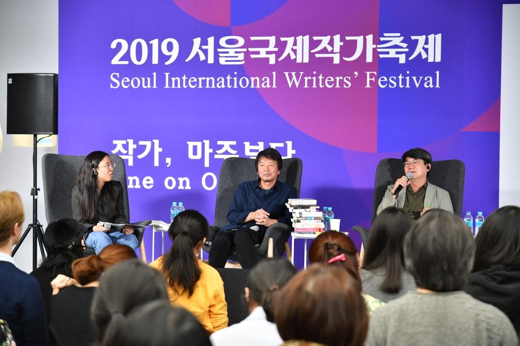 10月12日下午,首爾國際作家節與讀者面對面活動在首爾東大門設計廣場(DDP)舉行,中國作家劉震雲(左二)出席活動。 韓聯社/南韓文學翻譯院供圖(圖片嚴禁轉載複製)