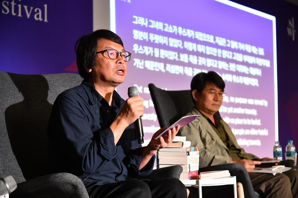 10月12日下午,在首爾東大門設計廣場(DDP),作家劉震雲(左)與南韓作家成碩濟出席首爾國際作家節與讀者面對面活動。 韓聯社/南韓文學翻譯院供圖(圖片嚴禁轉載複製)