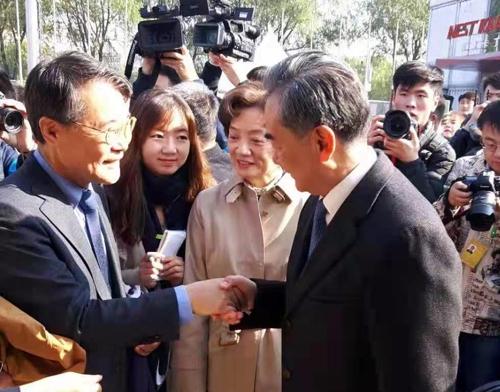 韓駐華大使出席國際義賣活動會見中國外長