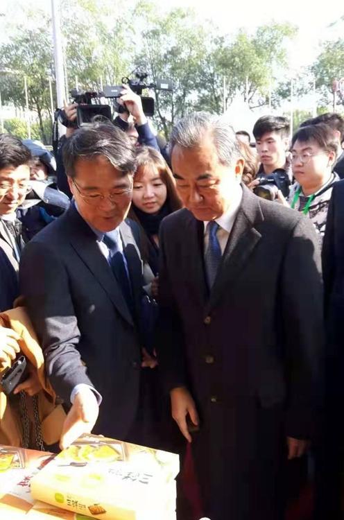 張夏成(左)和王毅 韓聯社/南韓駐華大使館供圖