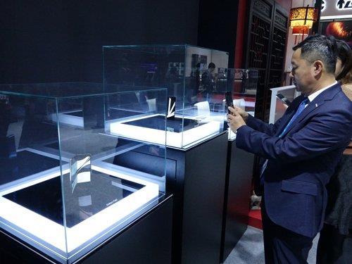 11月5日,三星折疊屏手機亮相進博會。 韓聯社