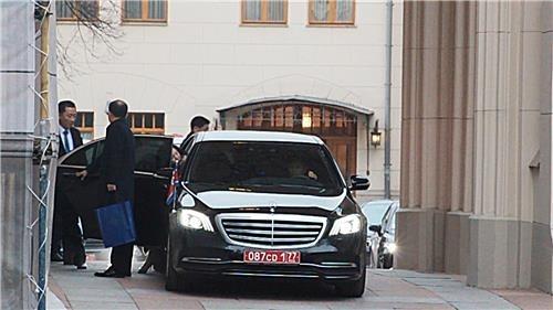 11月20日,在莫斯科,崔善姬走出俄羅斯外交部迎賓館上車。 韓聯社