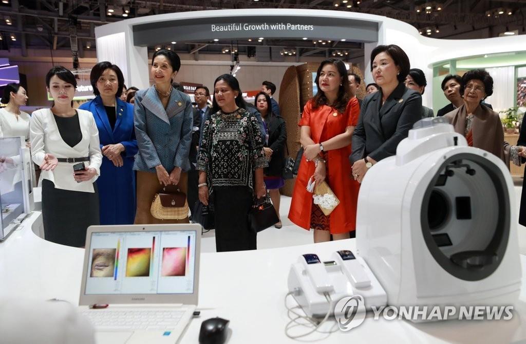東盟各國領導人夫人參觀南韓美容展