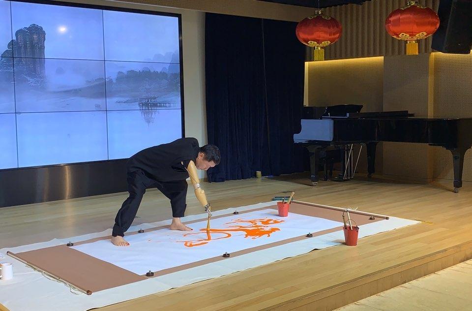 12月10日,在首爾中國文化中心舉行的文化中心成立15週年紀念活動上,南韓藝術家在進行書法表演。 韓聯社