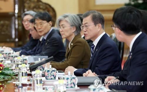 12月23日,在北京人民大會堂,南韓總統文在寅(右二)同中國國家主席習近平舉行會談。 韓聯社