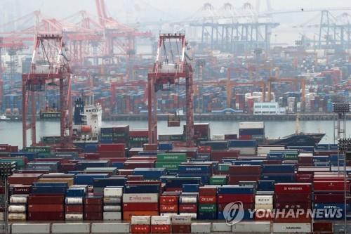 資料圖片:釜山港出口貨物裝載。 韓聯社