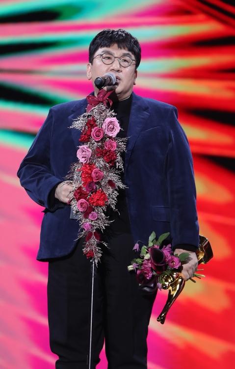 1月4日,在首爾高尺巨蛋,房時赫代表防彈少年團發表獲獎感言。 韓聯社/金唱片獎辦公室供圖(圖片嚴禁轉載複製)