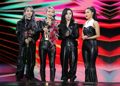 1月4日,在首爾高尺巨蛋,女團MAMAMOO發表獲獎感言。 韓聯社/金唱片獎辦公室供圖(圖片嚴禁轉載複製)