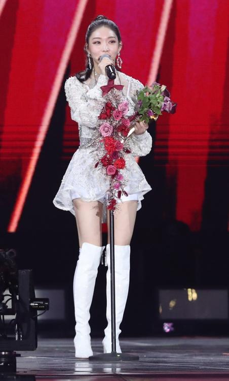 1月4日,在首爾高尺巨蛋,歌手請夏發表獲獎感言。 韓聯社/金唱片獎辦公室供圖(圖片嚴禁轉載複製)