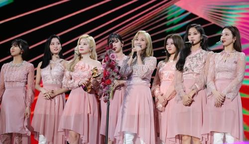 1月4日,在首爾高尺巨蛋,女團TWICE發表獲獎感言。TWICE當天出席第34屆金唱片獎頒獎禮並榮獲單項獎。 韓聯社/金唱片獎辦公室供圖(圖片嚴禁轉載複製)