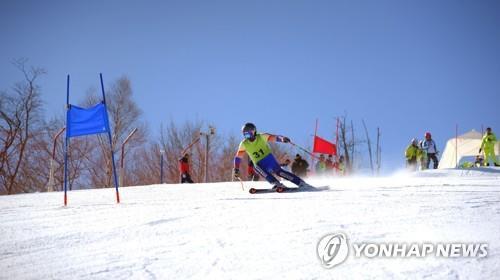 資料圖片:在2018平昌冬奧之前,韓朝選手在馬息嶺滑雪場訓練。 韓聯社/朝中社(圖片僅限南韓國內使用,嚴禁轉載複製)
