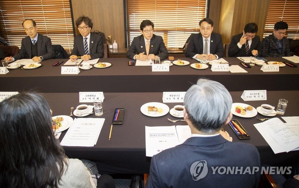 1月14日,在首爾中區新聞中心,南韓環境部舉行2020年第一次韓中霧霾專家會議。 韓聯社