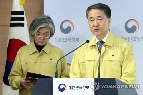 2月9日,在南韓中央政府首爾辦公樓,中央應急處置本部本部長、保健福祉部長官樸淩厚在記者會上發言。 韓聯社