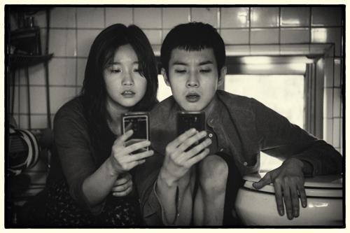資料圖片:《寄生蟲》黑白版劇照 CJ娛樂傳媒集團供圖(圖片嚴禁轉載複製)