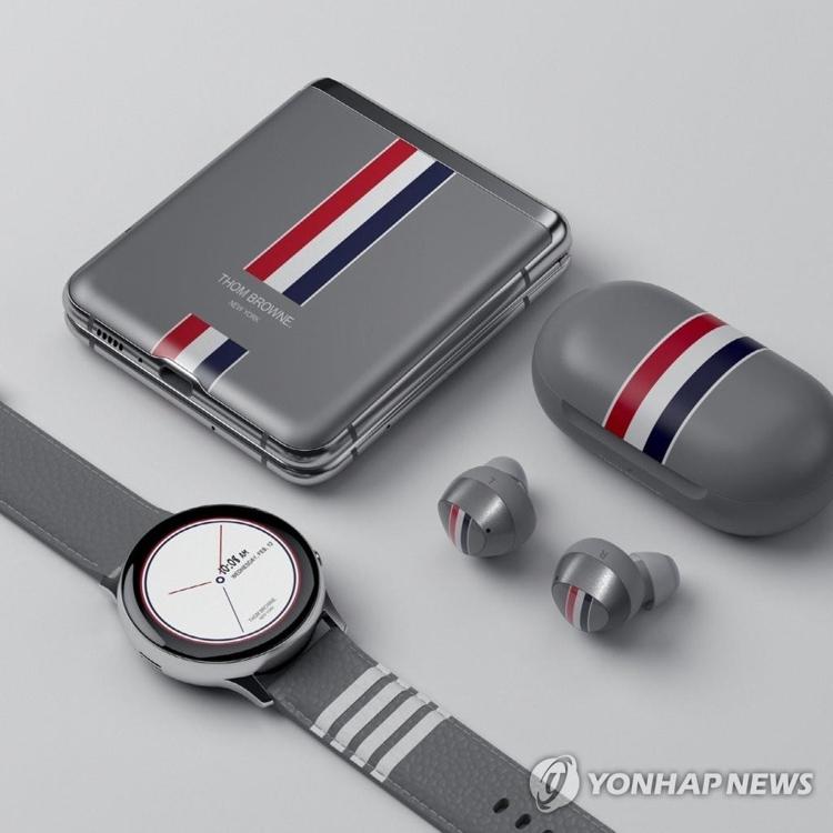 資料圖片:三星攜手Thom Browne推出Galaxy Z Flip聯名限量款。 韓聯社/三星電子供圖(圖片嚴禁轉載複製)