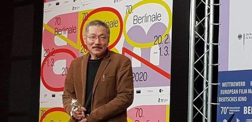 資料圖片:當地時間2月29日,洪尚秀獲頒第70屆柏林國際電影節最佳導演銀熊獎後現身記者會。 韓聯社