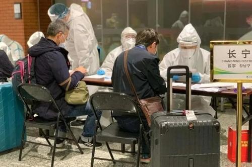 資料圖片:3月9日,在上海虹橋機場,入境人員註冊個人資訊。 韓聯社/《解放日報》供圖(圖片嚴禁轉載複製)