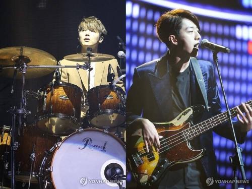 資料圖片:CNBLUE鼓手姜敏赫(左)和貝斯手李正信 韓聯社