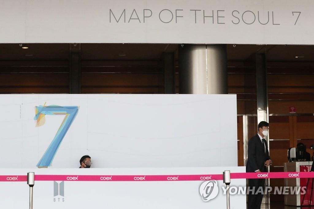 資料圖片:2月24日,原定於在首爾國際會展中心(COEX)舉行的防彈少年團(BTS)全球記者會改為線上實況直播。圖為COEX工作人員為舉行記者會做準備。 韓聯社