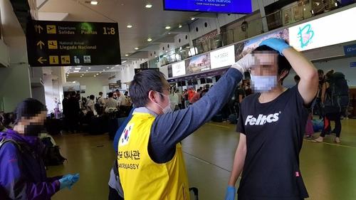 8名旅玻韓人乘美國包機踏上回國路
