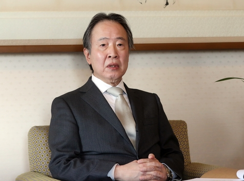 4月8日,在日本駐韓大使官邸,日本駐韓大使冨田浩司接受韓聯社採訪。 韓聯社