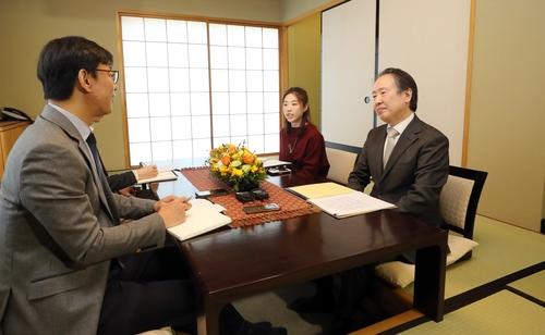 4月8日,在日本駐韓大使官邸,日本駐韓大使冨田浩司(右)接受韓聯社採訪。 韓聯社