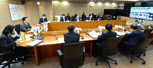 4月17日,在首爾,趙世暎(左二)參加韓中副外長視頻會議。 外交部供圖(圖片嚴禁轉載複製)