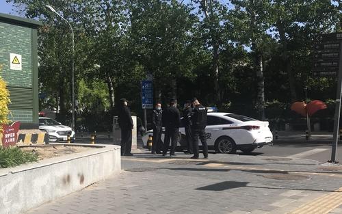 4月21日,在北京,朝鮮駐華大使館附近的交叉路口增派了2輛警車和5名警員。 韓聯社