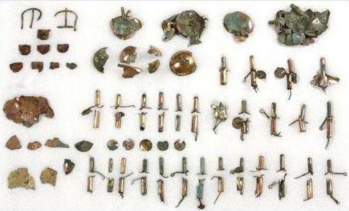 資料圖片:在慶州市皇南洞120-2號新羅王朝墓葬發掘的鍍金銅馬具 南韓文化財廳供圖(圖片嚴禁轉載複製)
