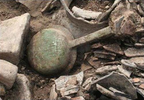 資料圖片:在慶州市皇南洞120-2號新羅王朝墓葬發掘的青銅熨斗 南韓文化財廳供圖(圖片嚴禁轉載複製)