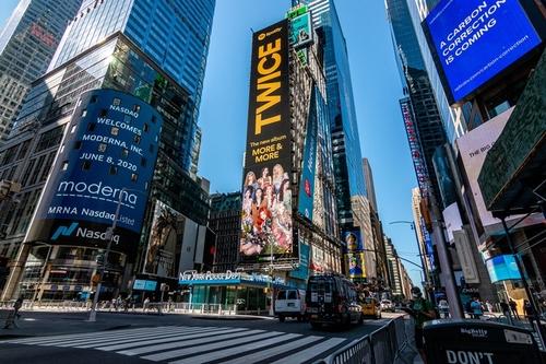 資料圖片:TWICE廣告視頻亮相紐約時代廣場。 Spotify/Republic Records供圖(圖片嚴禁轉載複製)