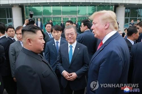 資料圖片:2019年6月,韓朝美首腦在板門店聚首。右起為美國總統特朗普、南韓總統文在寅和朝鮮國務委員會委員長金正恩。 韓聯社/朝中社(圖片僅限南韓國內使用,嚴禁轉載複製)