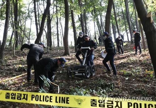 資料圖片:警員搜索失蹤小學生遺骨。 韓聯社