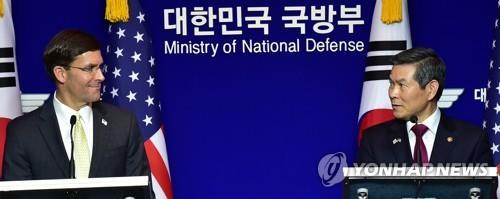 資料圖片:南韓國防部長官鄭景鬥(右)與美國國防部長馬克·埃斯珀 韓聯社