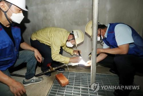 資料圖片:檢查自來水蟲害 韓聯社