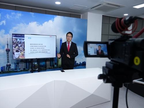 7月30日,在南韓駐上海領事館,工作人員正在製作介紹中國法律資訊的視頻。 韓聯社