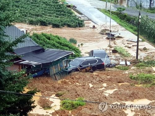 8月2日,位於京畿道安城市一竹面的一處民宅和養雞場因沙土流失被淹。 韓聯社
