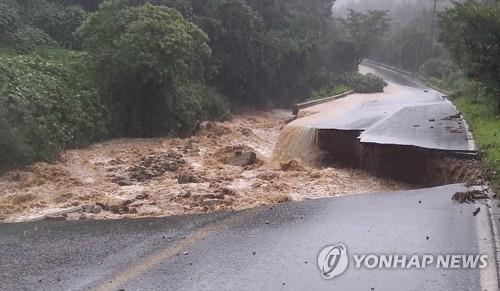 8月2日,位於忠清北道忠州市山尺面的一條道路被暴雨沖毀。 韓聯社