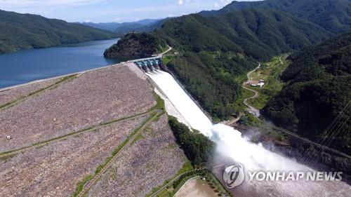 南韓漢江上游昭陽江壩開閘泄洪調整水位